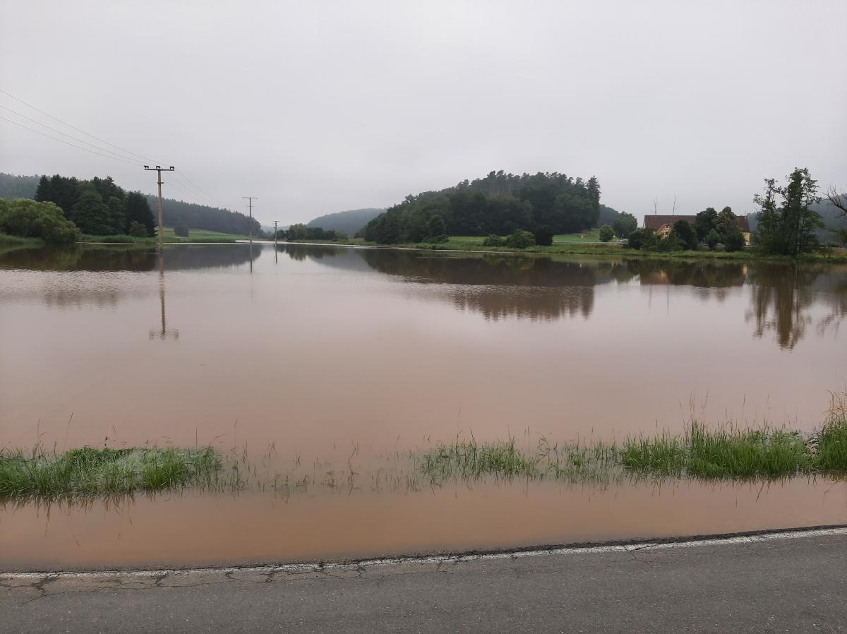 Wasserstände extrem: Dies ist kein See, sondern der Haselbach - normalerweise keine 3 m breit!